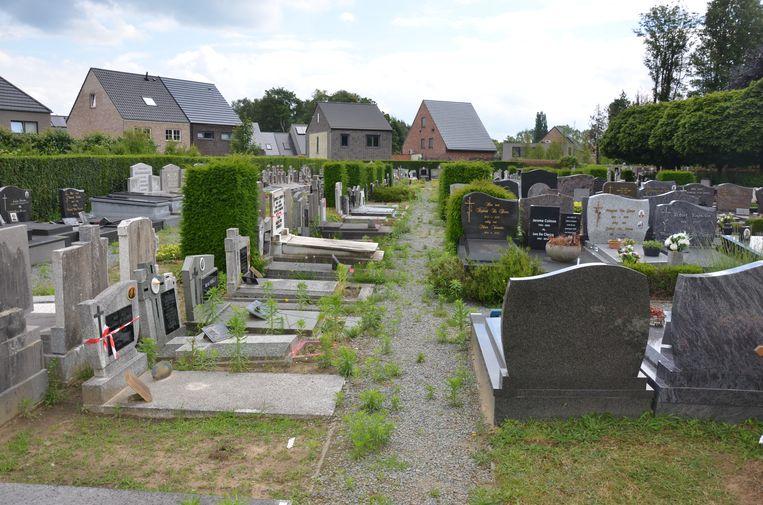 De graven die afgespannen zijn met een rood-wit lint blijven behouden. Graven waar rode verf op is aangebracht verdwijnen.