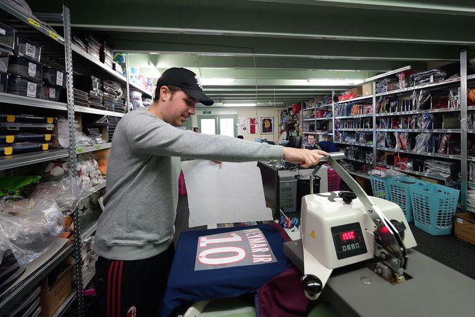Bruce Nagtzaam bedrukt een voetbalshirt van Paris Saint-Germain.