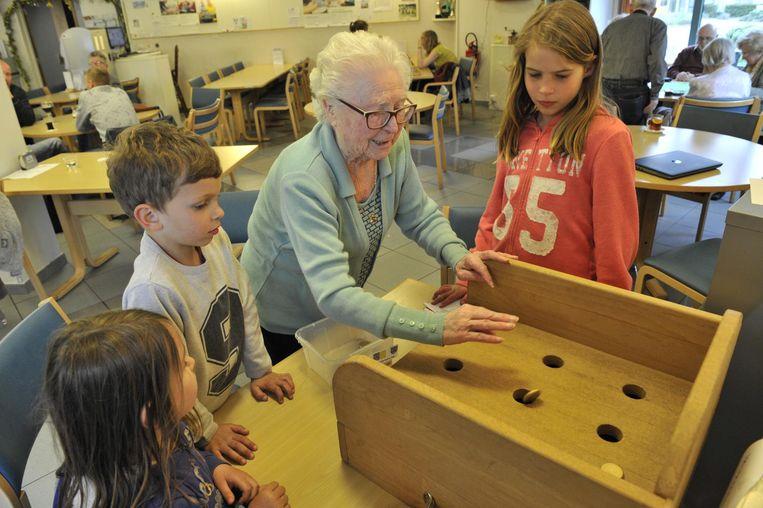 De kinderen leerden van de ouderen van woonzorgcentrum Blankenberg de kneepjes van volksspelen en petanque.