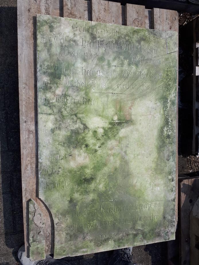 De oude steen, die verborgen zat aan de binnenzijde van het priestergraf in de Calvarieberg te Batenburg. Op deze versie is onder de twee hier begraven pastoors nog ruimte voor toevoeging van andere namen.