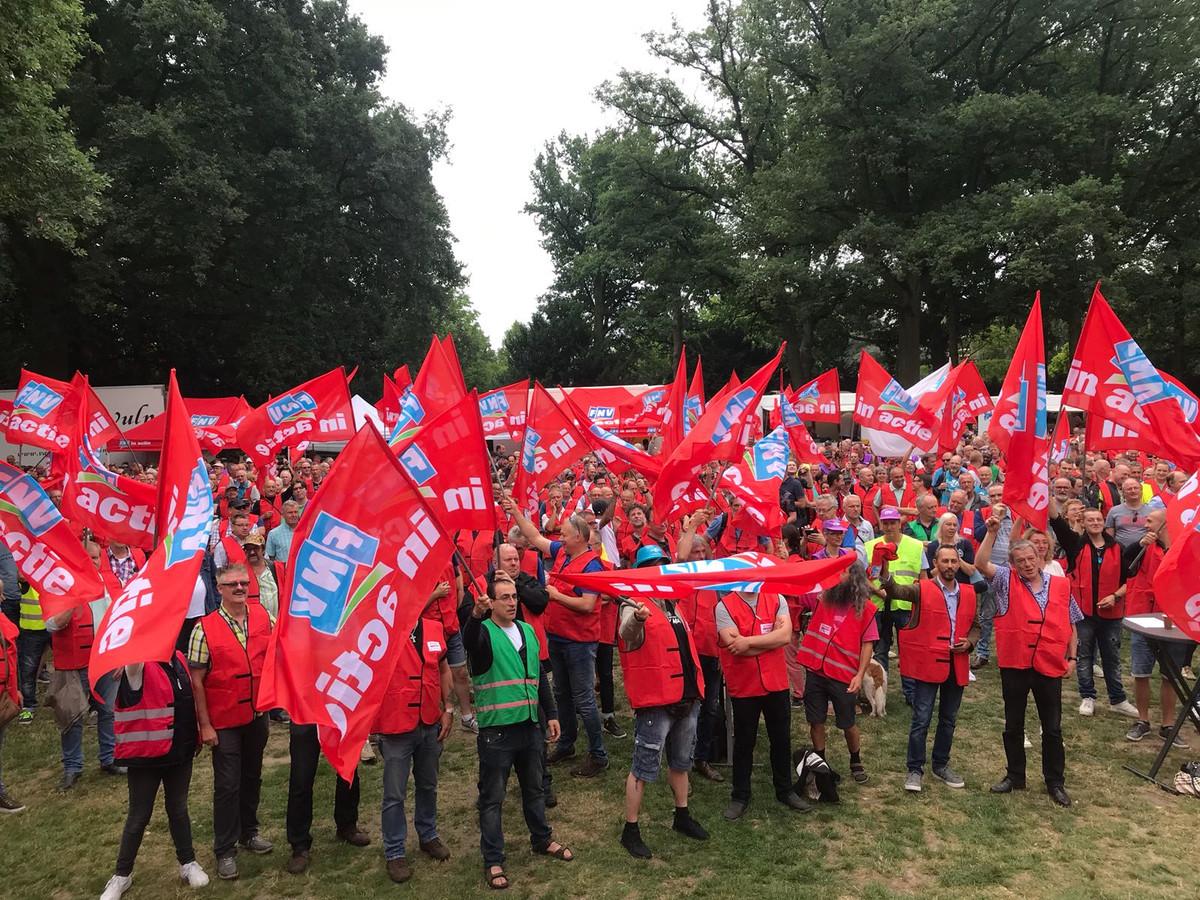 2.200 werknemers metaalsector staken in Stadswandelpark Eindhoven