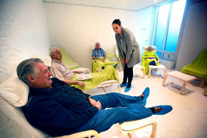 Ondernemer Arie van Noordenne opende een zoutkamer in Hardinxveld. Hij ondervond het effect aan den lijve.