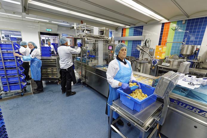 Cello heeft 2400 clienten van wie er zo'n 1200 maaltijden krijgen rechtstreeks uit de keuken. De andere cliënten koken met begeleiders zelf op hun woonlocaties.