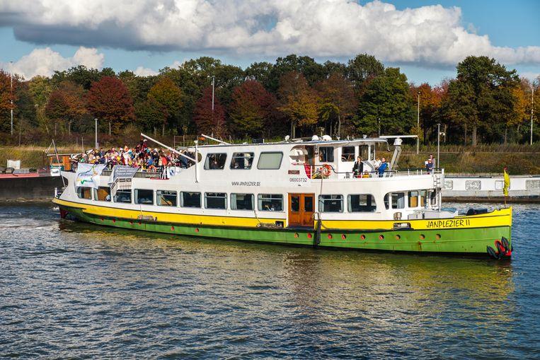 Sinterklaas en Zwarte Pieten komen aan met de boot op het Albertkanaal waar honderden kinderen hen staan op te  wachten.