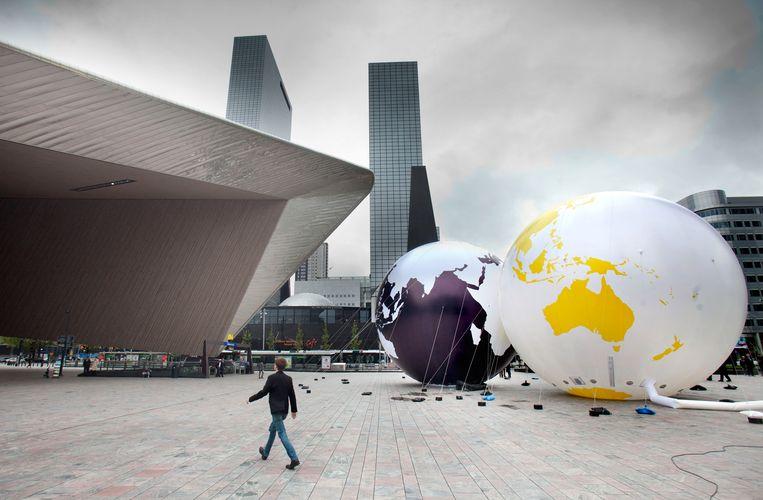 'Kissing Earth' op het Stationsplein in Rotterdam. Beeld Hollandse Hoogte / Maarten Hartman