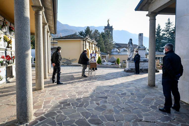 In Zogno (Lombardije) zijn begrafenisondernemers  en een priester de enige aanwezigen bij een begrafenis van een coronaslachtoffer.