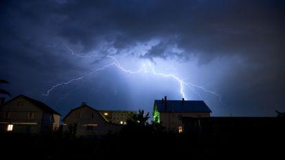 Bliksem slaat in op kerk Zemst: geen schade, tijdje geen stroom in omgeving