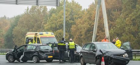 Drie auto's botsen op de A27, onderdelen vliegen over de snelweg