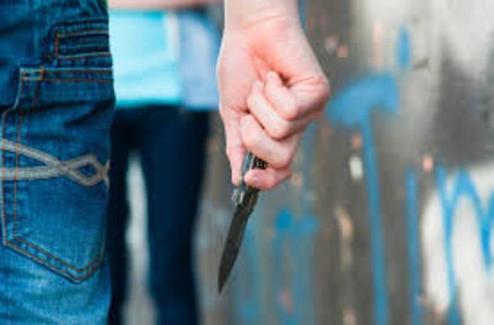 De overvallers bedreigden de bewoners met een mes.