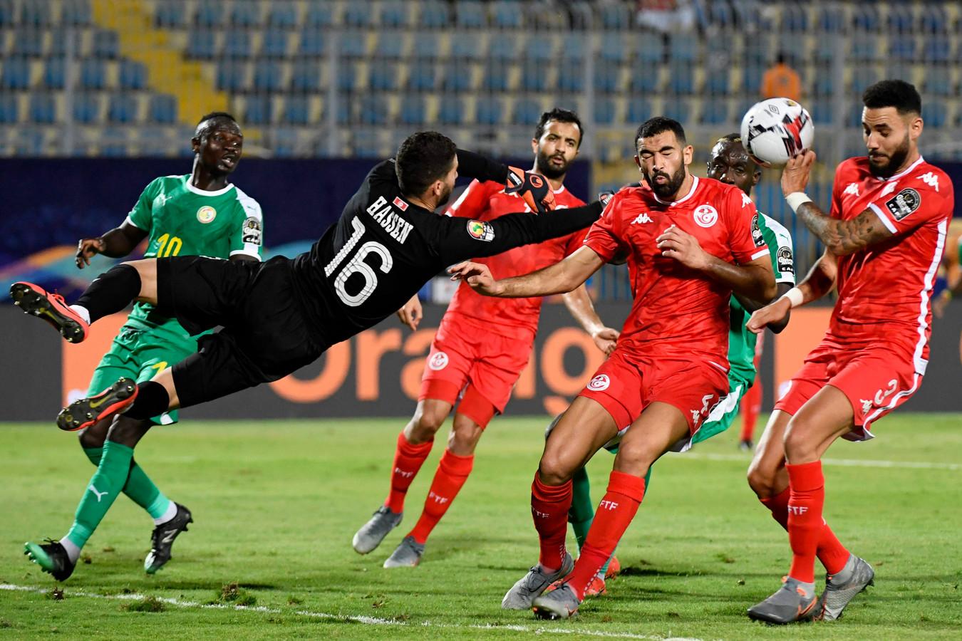 Mouez Hassen  werkt de bal tegen Dylan Bronn (3) aan en zet zo ongewild Senegal op voorsprong.