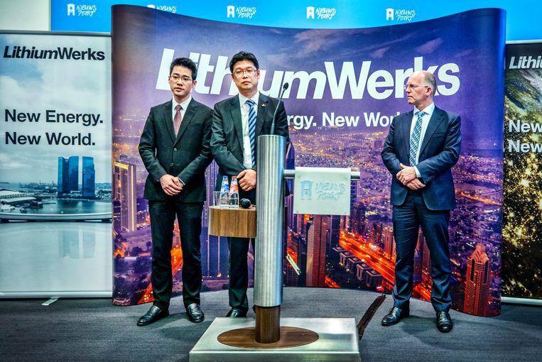 Kees Koolen van Lithium Werks presenteert zijn plannen samen met een Chinese investeerder (midden) en zijn vertaler (l) in nieuwspoort.  Beeld Raymond Rutting / de Volkskrant