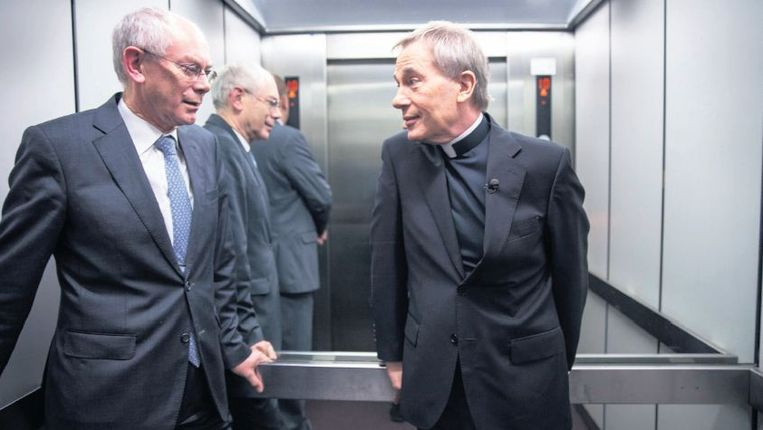 Herman Van Rompuy met Antoine Bodar in de lift op weg naar zijn werkkamer. 'Ik geef zo weinig interviews, ik weiger zoveel.' Beeld Werry Crone