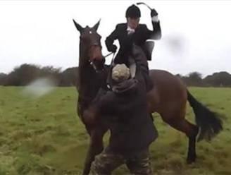 VIDEO: Jageres te paard geeft actievoerder van de zweep