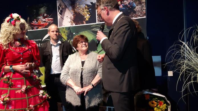 Burgemeester Hans Janssen spreekt de winnares van de Peer Paorel 2016 toe.