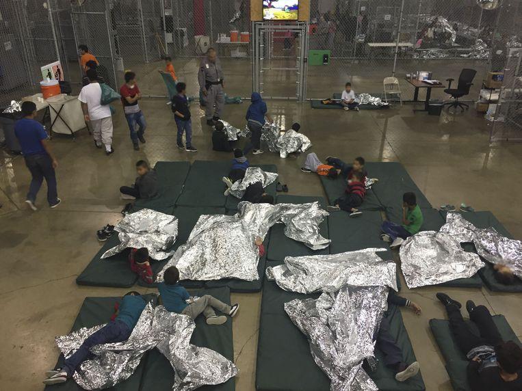 Een foto van de U.S. Customs and Border Protection van de opvang van kinderen nadat ze van hun ouders zijn gescheiden Beeld AFP
