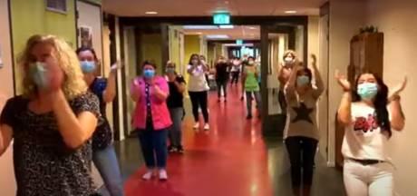 Personeel Zorgwaard waagt zich aan wereldwijd bekende flashmob: 'Dit is ook als troost'
