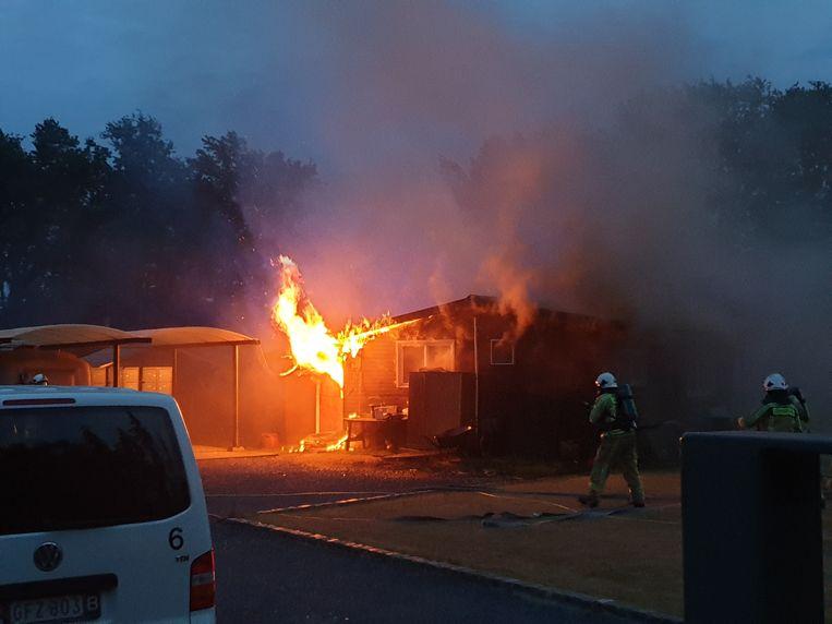 De vlammen sloegen naar buiten bij aankomst van de brandweer.