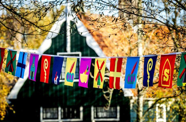 De Zaanse Schans maakt zich op voor de landelijke intocht van Sinterklaas. Beeld ANP