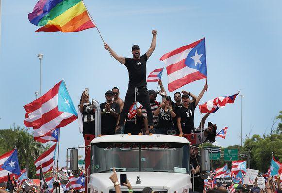 Ricky Martin (C) met regenboogvlag.