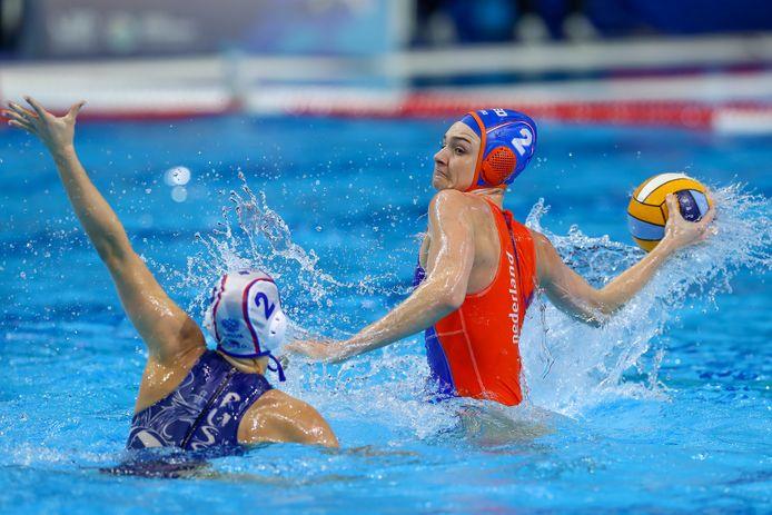 Maud Megens in actie tegen Rusland op het EK waterpolo in Boedapest.