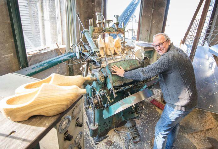 Jaap Kramer van klompenmakerij Traas in Heinkenszand bij een van zijn machines om klompen te maken