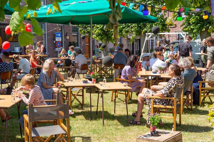 Het extra terras in Willemstad mag nog een maand langer blijven, tot 1 november.