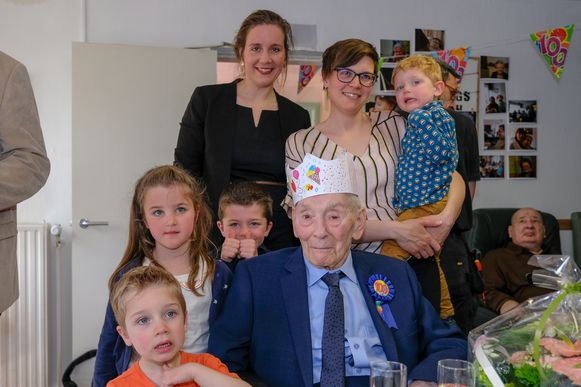 Flor met kleinkinderen en achterkleinkinderen.