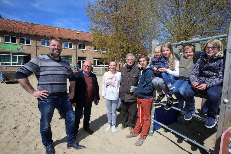 De familie Degrieck beleefde mooie tijden in de zandbak van 't Marktschooltje. De eerste kleuterklas bij juf Christiane in 1979. Bram zie je onderaan, tweede van links.