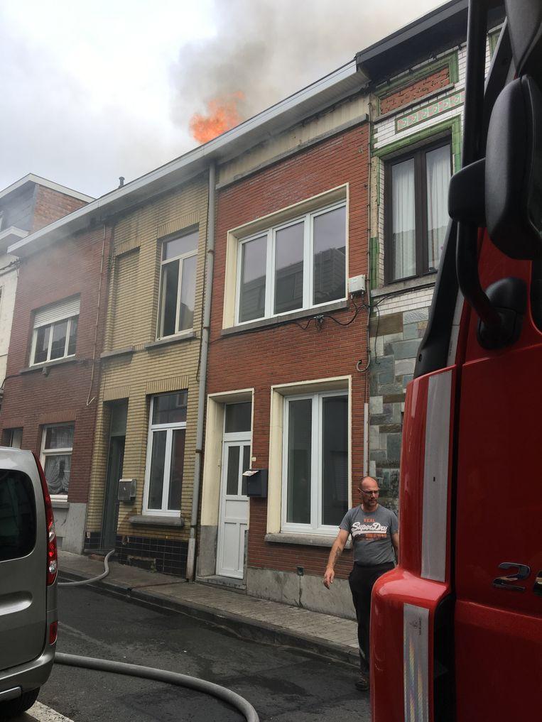 Bij aankomst van de brandweer sloegen de vlammen door het dak.