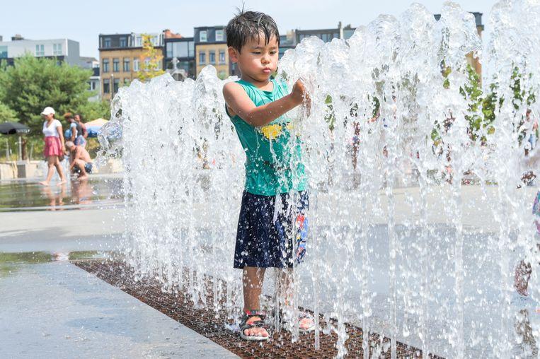 Mensen zoeken verkoeling in Park Spoor Noord tijdens de warmste dag ooit.