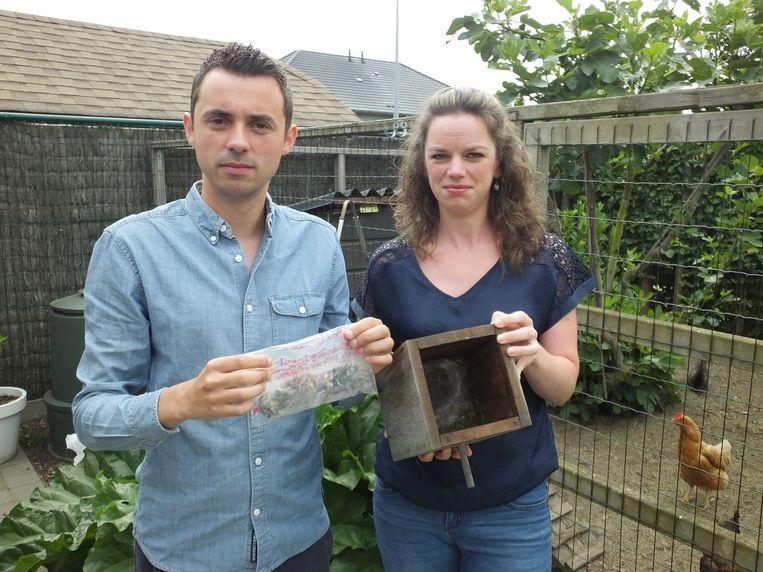 Pieter Maes van Velt en Stefanie Cornelis met de dode meesjongen, die in het nestkastje van Stefanie werden gevonden.