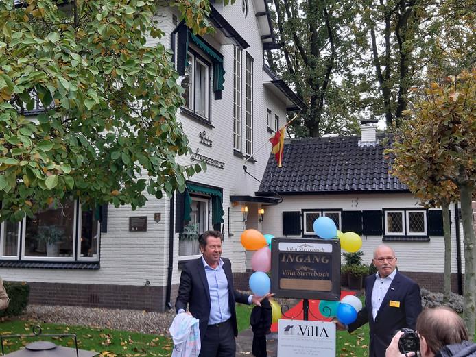 Wethouder Titus Burgers (links) en 'kwartiermaker' Herman Peek hebben zojuist het bord onthuld dat duidelijk maakt dat Villa Sterrebosch nu ook een Senioren Ontmoetingscentrum herbergt.