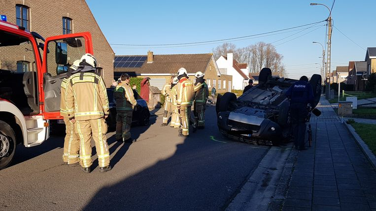 De bestuurder werd uit de auto bevrijd door de hulpdiensten.