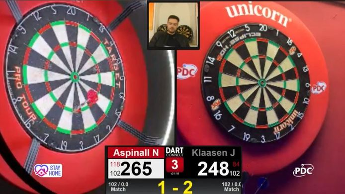 De partij tussen Nathan Aspinall en Jelle Klaasen. Dan Dawson (midden) praat de boel aan elkaar.