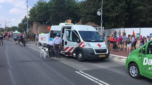 Een EHBO-wagen verleent op de Waalbrug in Nijmegen bijstand aan de lopers.