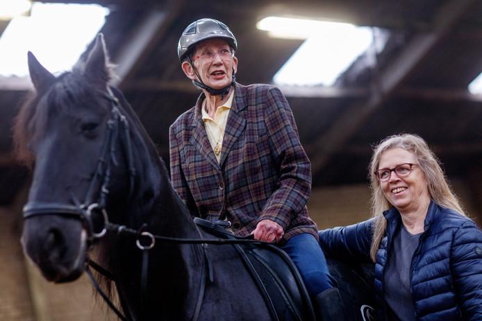 Ans Bello-Witkam is 81 en wilde graag nog eenmaal paardrijden.  De wens werd ingestuurd door vriendin Marijke van Oudenaarden.