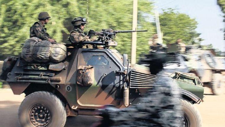 Franse troepen patrouilleren in de Malinese stad Diabaly. Beeld epa