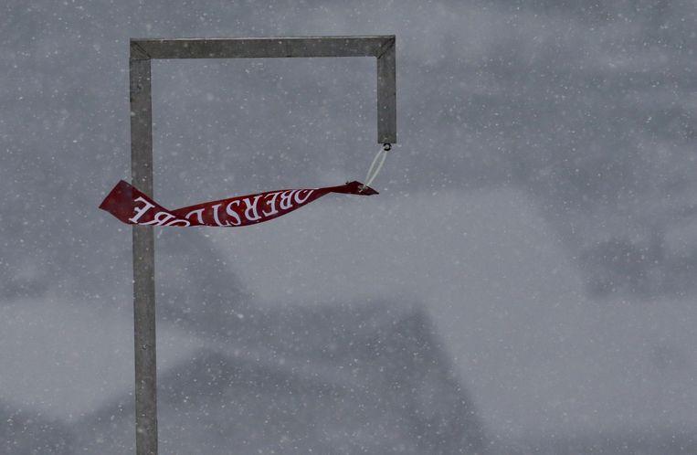 Een wapperende vlag onderstreept de harde wind in Oberstdorf tijdens de Vierschansentournee. Beeld reuters