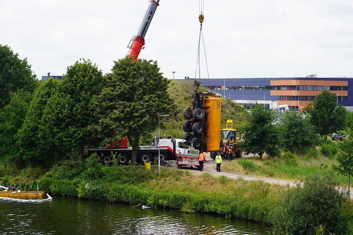 Tankwagen glijdt in Tilburg achteruit kanaal in.