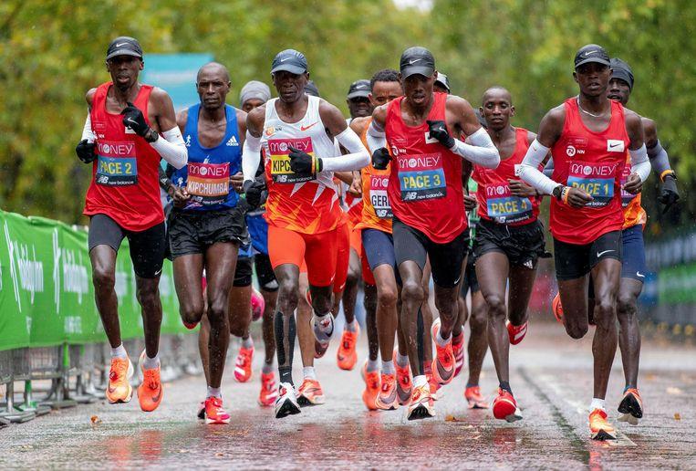 Kipchoge (derde van links) liep afgelopen zondag de slechtste race uit zijn loopbaan.   Beeld BSR Agency
