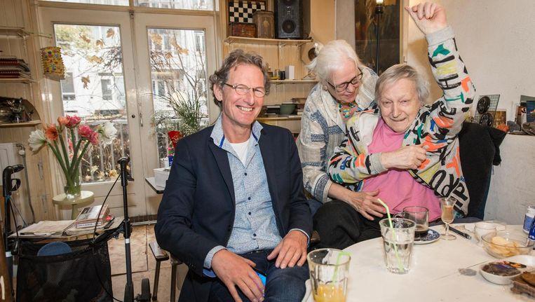 Mantelzorg-coach Wim Hogentoren (l) hielp Heleen Spigt (midden) alles op een rij te krijgen bij de zorg voor haar man Rob Cox. Beeld Dingena Mol