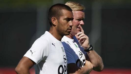 Trainer Ronald Koeman (r) en assistent Giovanny van Bronckhorst kijken bedenkelijk toe.