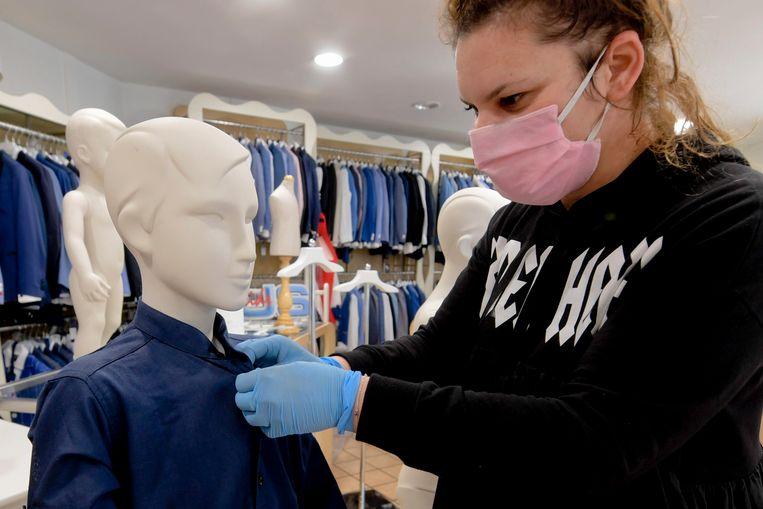 Heropening van een kledingzaak in Napels. Beeld null