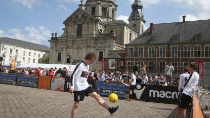 Voetballen in de schaduw van Sint-Pietersabdij