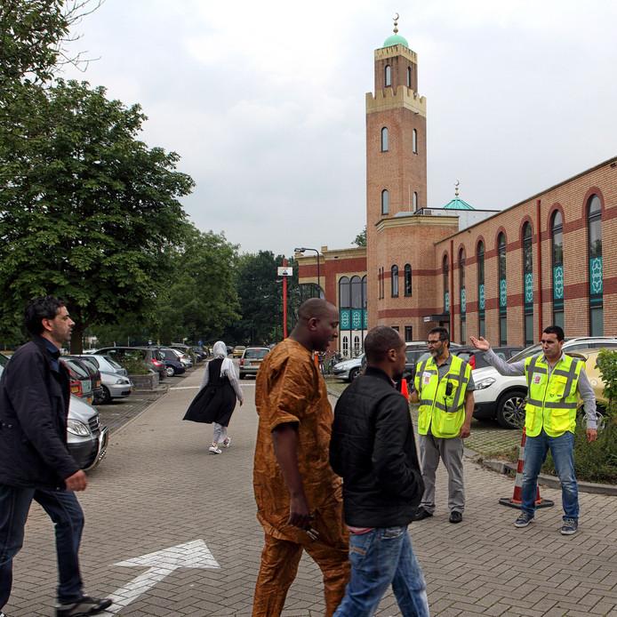 Drukte voor vrijdaggebed bij moskee in Roosendaal