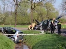 Twee gewonden na frontale botsing in Enschede, weg afgesloten