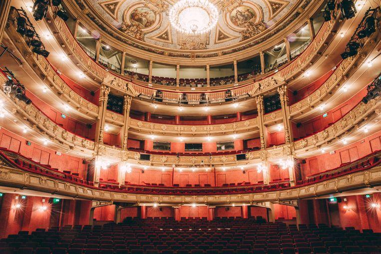De theaterzaal van op het podium. Dit is wat de artiesten te zien krijgen wanneer de theaterlichten worden aangestoken na een voorstelling.