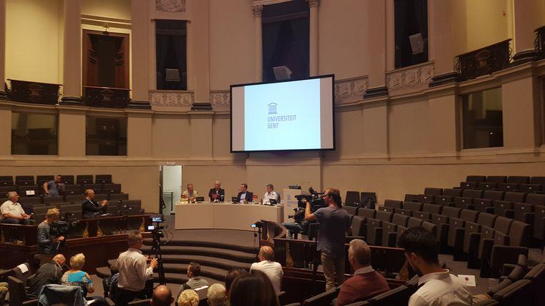 """De """"Speakers Corner"""" rond de verzorging van huisdieren in Gent in aanwezigheid van prins Laurent (tweede van links)."""