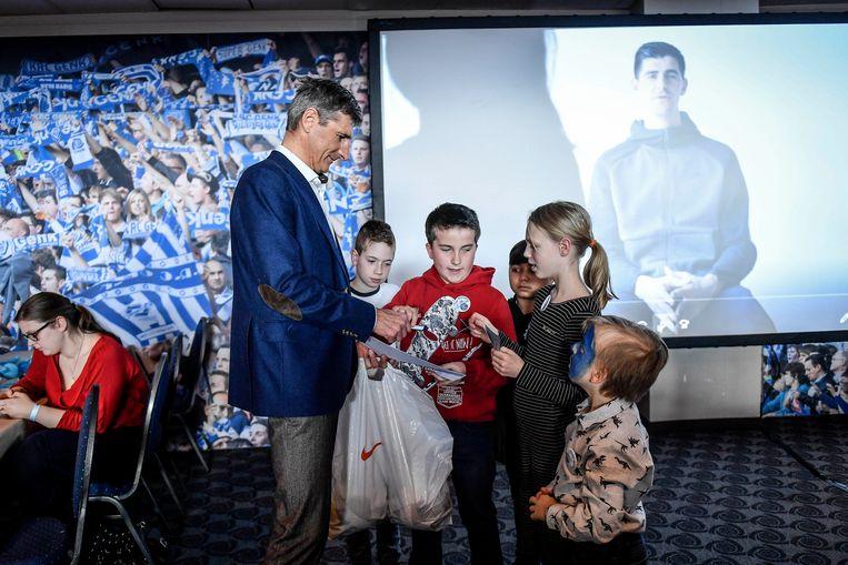 Thierry Courtois deelt gadgets uit aan kinderen