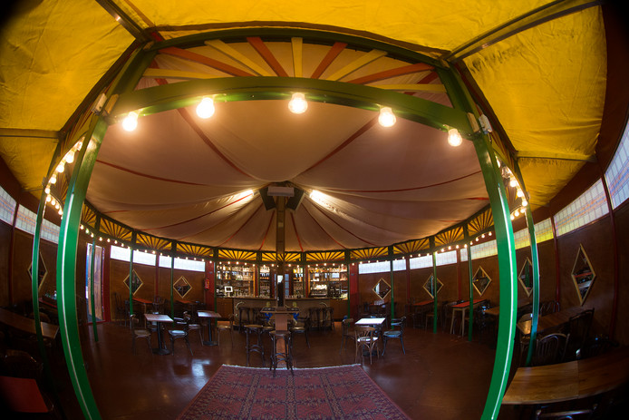 In de voormalige GTW-loods in Doesburg is een spiegeltent gebouwd.